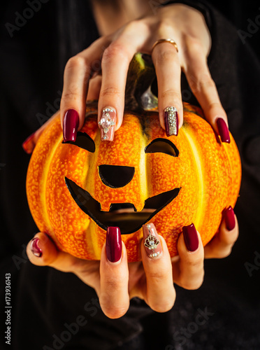 Papiers peints Manicure Halloween jack o lantern and manicure with gems and sequins