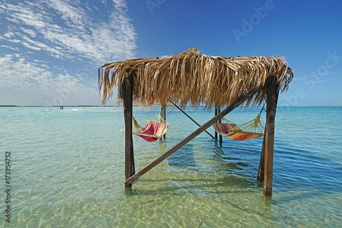 Keuken foto achterwand Tropical strand Strand mit Hängematten zum Entspannen