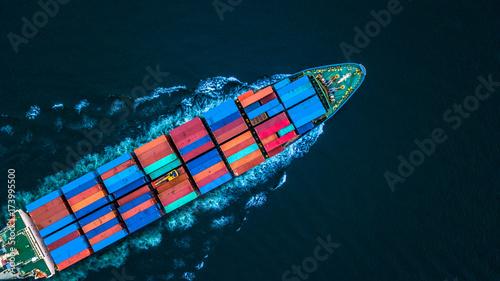 Widok z lotu ptaka z drone, kontenerowiec lub statek towarowy w imporcie eksportu i logistyki biznesowej.
