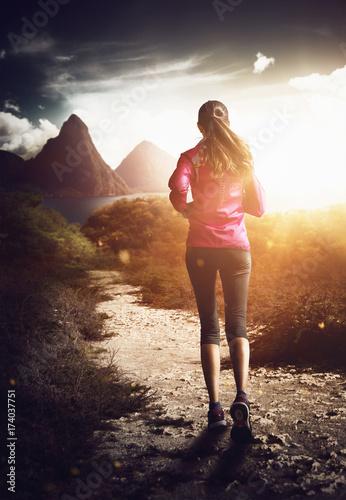 Foto op Aluminium Jogging Joggerin läuft tropischen Sonnenuntergang entgegen