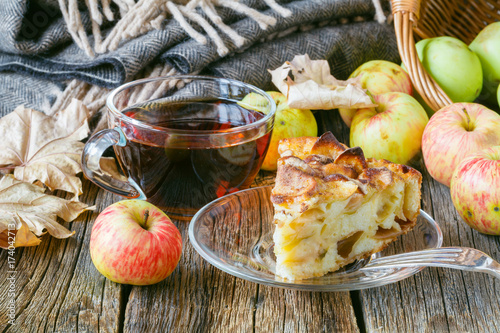 Papiers peints The Hot tea with apples and pie on table