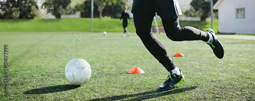 Plexiglas Voetbal Leg skill training on football field