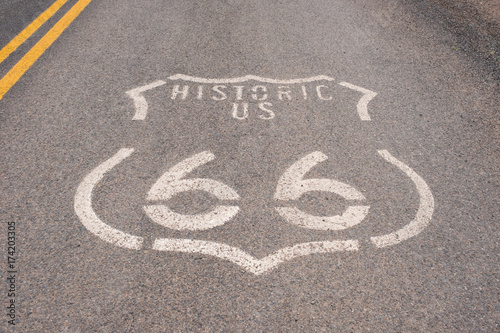 Spoed canvasdoek 2cm dik Route 66 Historic US Route 66 logo painted on the road