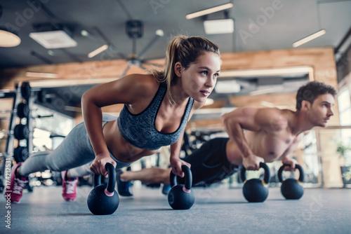 Leinwanddruck Bild Couple in gym