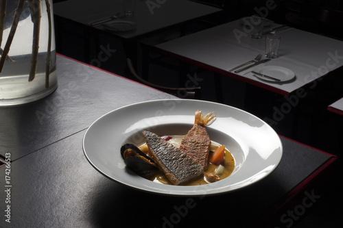 Bouillabaisse in weißem Teller - 174266513