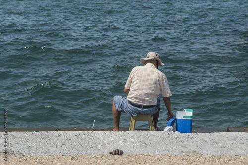 Fischender Mann am Hafen von Thessaloniki, Griechenland