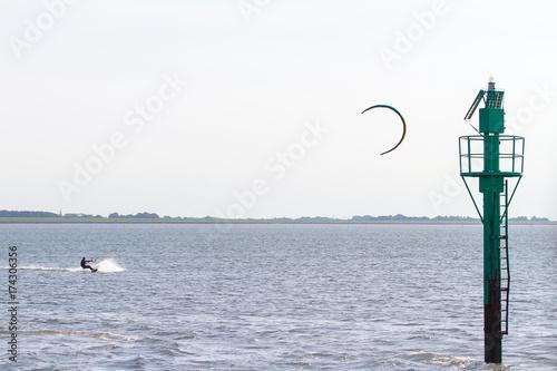 Deurstickers Noordzee Kitesurfen auf der Nordsee