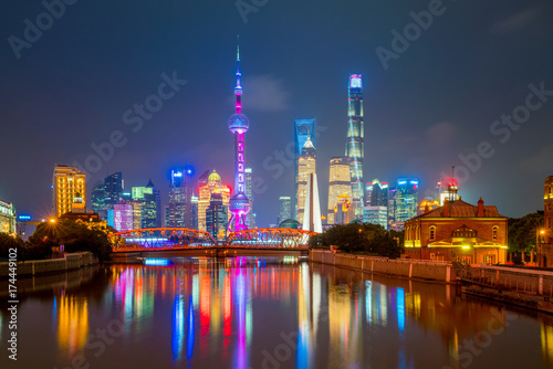 Foto op Aluminium Toronto View of downtown Shanghai skyline at twilight