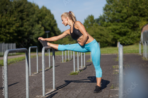 Fotobehang Hardlopen Beine dehnen vor Joggen und Laufen