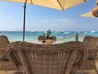Essenstisch vor Meer in Türkis Farben auf Ibiza/Formentera in Spanien auf den Balearen mit Yachten vor dem Strand