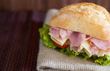 Delicioso sanduíche artesanal preparado com pão integral queijo e tomates frescos