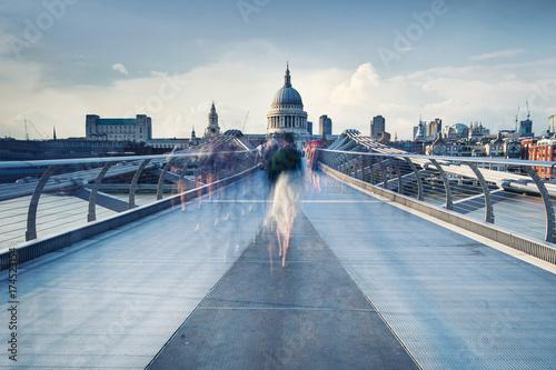 Papiers peints Londres People walking over Millennium bridge at dusk.