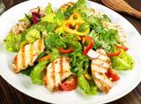 Gemischter Salat mit Hähnchenbrust - 174580391