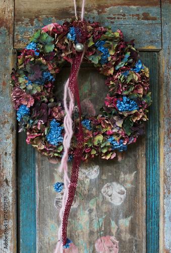 Fotobehang Hydrangea Hortensienkranz an alter Holztür