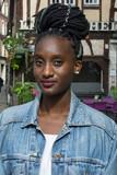 Jeune africaine portant des dreadlocks - 174682387
