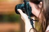 カメラを構える女性 - 174695522