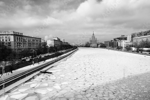 Foto op Plexiglas Moskou Moscow river covered with ice in winter