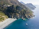 Vista aerea di una scogliera a picco sul mare, spiaggia nera, Comune di Nonza, Penisola di Cap Corse, Corsica. Tratto di costa. Francia