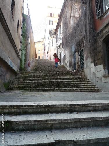 Tuinposter Smal steegje ローマ、階段、裏通り