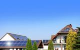 Solary fotowoltaniczne na dachu budynku gospodarczego i mieszkalnego.