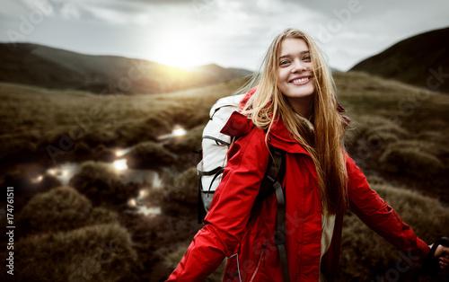 turystyczna-dziewczyna-w-gorach,-zachod-slonca