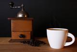 Kaffeetasse, bohnen und Mühle - 174809150