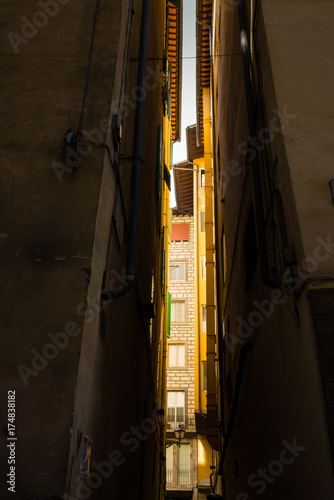 Fotobehang Smal steegje Vicolo, passaggio stretto tra palazzi