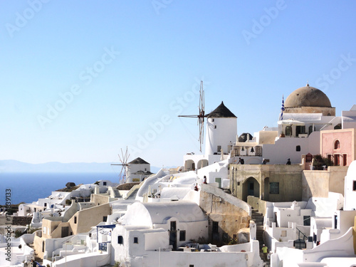 Foto op Aluminium Santorini ギリシャ・サントリーニ島 イアーの町に映る白い建物と風車