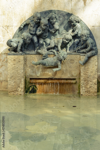 September 25, 2016: Curious source of child falling on water in the city of Valencia.