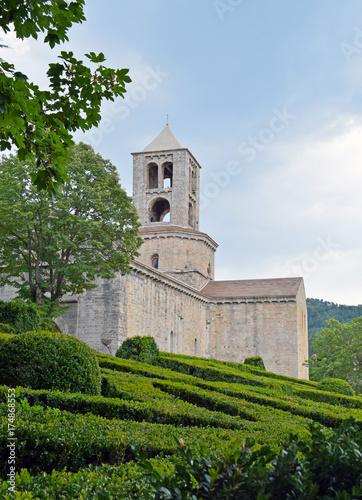 In de dag Blauwe hemel Vistas de iglesia y jardín