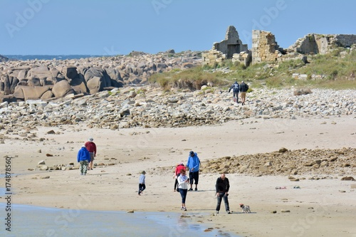 Des gens sur une plage de l'île Grande à Pleumeur-Bodou en Bretagne Poster