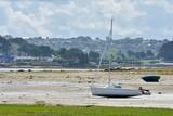 Voilier échoué sur une plage de Bretagne à marée basse - 174882731