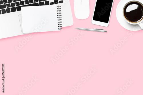Różowy pastelowy kobiety biurko z laptopem i dostawami. Widok z góry z miejsca kopiowania, płaskie lay.