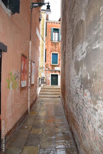 Tuinposter Smal steegje Venise, Italie