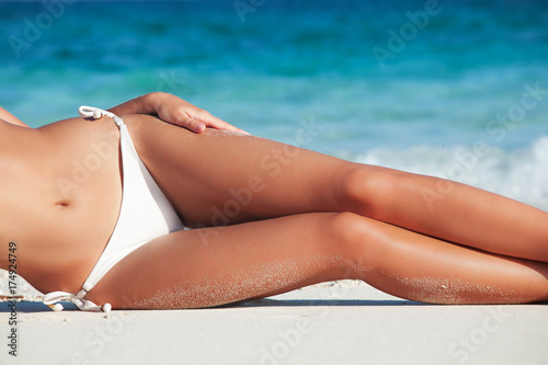 Leinwanddruck Bild Tanned woman in bikini