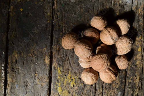 In de dag Brandhout textuur walnuts on a dark wooden table