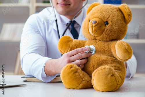 Papiers peints Kiev Doctor veterinary pediatrician holding an examination in the off