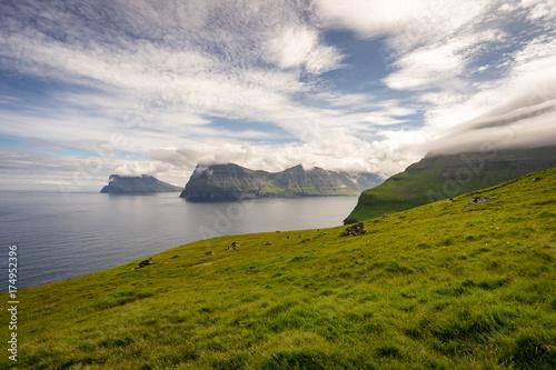 Foto op Plexiglas Wit Un paysage de pays du nord de crêtes, fjord, montagne, océan