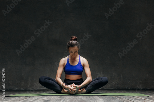 Fotobehang School de yoga Young beautiful yoga female posing in studio