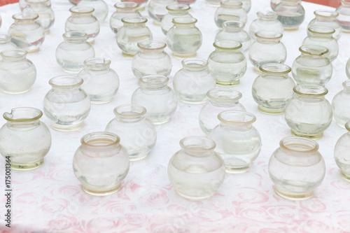 Bocce di vetro piene d'acqua preparate sulla bancarella prima di inserire il pesciolino rosso