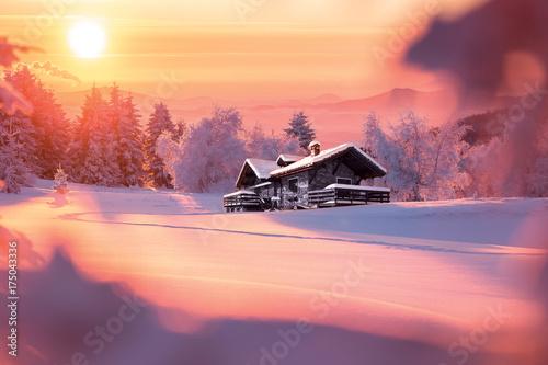 Fotobehang Crimson Paysage de montagne en hiver avec chalet isolé