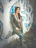 frau lehnt an mauer mit graffiti - 175052936