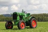alter historischer grüner Traktor - 175061707