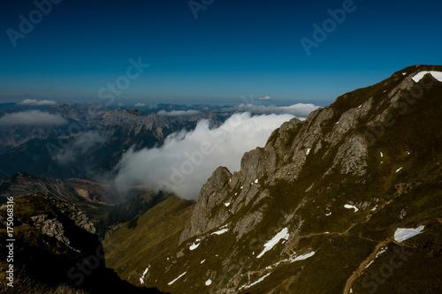 Deurstickers Nachtblauw Nebelschwaden ziehen durch die Täler unter den österreichischen Gipfeln