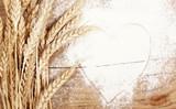 пшеница и мука лежат на деревянном столе  - 175074753