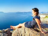 Frau überblickt das Meer - 175097922