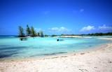 bord de plage et lagon de tikehau archipel des tuamotu polyénsie française - 175155338