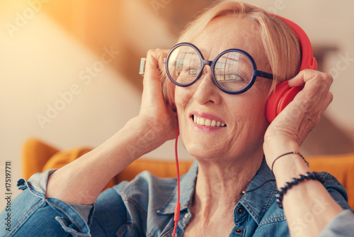 Papiers peints Echelle de hauteur Portrait of cheerful aged woman enjoying the music