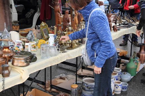 Frau auf dem Trödelmarkt Poster
