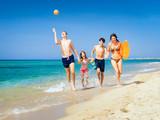 familie rennt den strand entlang - 175213757